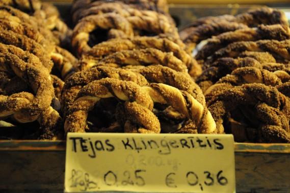 Au marché, les prix sont indiqués en euros et en lats. (Photo Stéphanie Morin, La Presse)