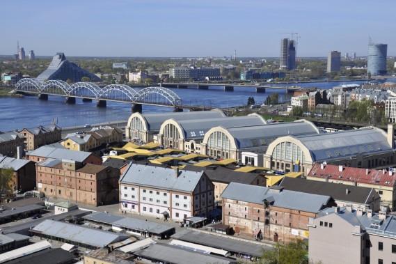 Les hangars du marché ont été dressés près du fleuve Daugava. (Photo Stéphanie Morin, La Presse)