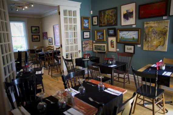 Au total, une trentaine d'artistes de la région du Suroît exposent au Bistro La Galerie du coin, qui allie art et bouffe. (Photo André Pichette, La Presse)