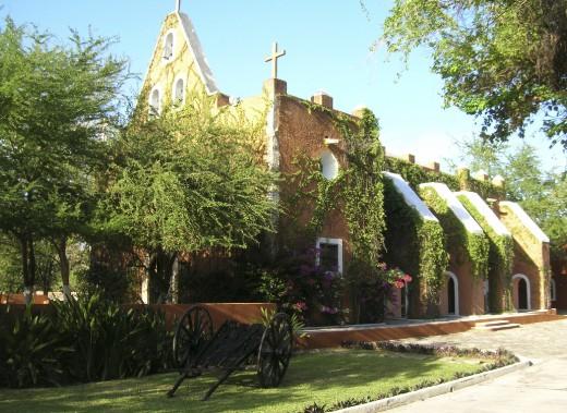 Située à 12 km du centre-ville, l'Hacienda Teya et sa chapelle valent le détour. (PHOTO MICHEL ROUSSEAU, LA PRESSE)