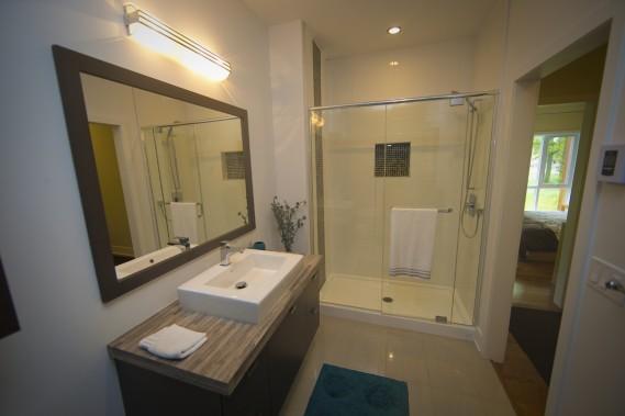 La douche, séparée de la baignoire, est spacieuse. (Photo André Pichette, La Presse)