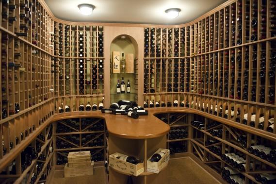 Bien que le propriétaire ne se considère pas comme un expert en vin, il dispose d'une vaste cave équipée comme il se doit. Pas étonnant, car il a bien planifié toutes les phases de la construction, n'oubliant aucun détail, quitte à ne pas profiter pleinement des possibilités offertes. (Photo STÉPHANIE MANTHA, LA VOIX DE L'EST)