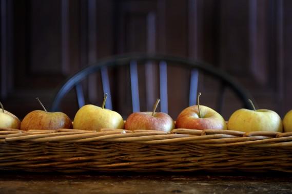 Les détails sont très importants à la ferme, comme ces jolies pommes sur la table de la salle à manger, bien alignées... (Photo Bernard Brault, La Presse)