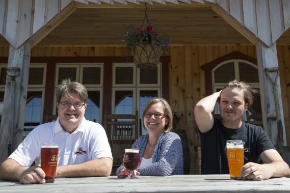 Paul Poulin, Justine Boucher et leur fils Gilbert ont non seulement ouvert la première brasserie beauceronne, mais celle-ci est aussi devenue la troisième ferme brassicole au Québec. (PHOTO OLIVIER PONTBRIAND, LA PRESSE)