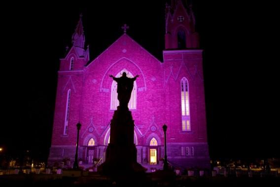 La nuit de commémoration a commencé à minuit avec une «messe réconfort» à l'église Saint-Agnès, devant la zone sinistrée, où le train a déraillé et explosé. (PHOTO ROBERT SKINNER, LA PRESSE)