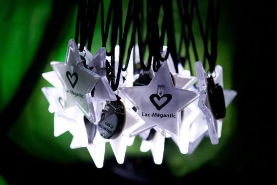 Des étoiles lumineuses ont été distribuées aux Méganticois pour éclairer le chemin de «marcheurs d'étoiles». (PHOTO ROBERT SKINNER, LA PRESSE)