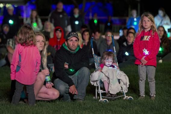 Plusieurs personnes à l'extérieur ont aussi assisté à la cérémonie retransmise sur écran géant. (PHOTO ROBERT SKINNER, LA PRESSE)
