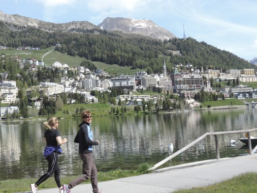 Un sentier fait le tour du lac de St-Moritz et offre de superbes vues. (Photo Mario Fontaine, La Presse)