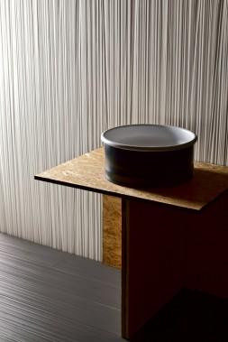 Sur le mur, une porcelaine italienne, Toile, version Cotone, chez Ramacieri Soligo. Le designer, Rodolfo Dordoni, s'est inspiré des anciennes tapisseries, créant avec des ombres un effet tridimentionnel. Format des carreaux : 80 cm par 180 cm. 25 $ du pied carré. (Photo fournie par Ramacieri Soligo.)
