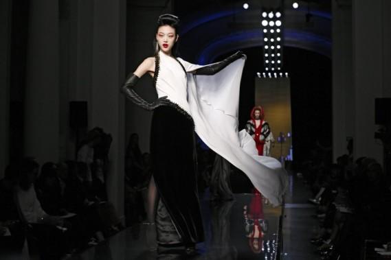 Les looks sont sophistiqués, dont des robes longues entièrement brodées de strass ou paillettes. (Photo GONZALO FUENTES, AFP)