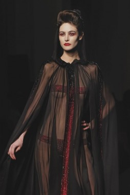 Plusieurs modèles ont été salués, et en particulier une robe cape de mousseline totalement transparente, avec des bandes de cristaux Swarovski rouge sang, pour cacher les parties les plus intimes. (Photo Jacques Brinon, AP)