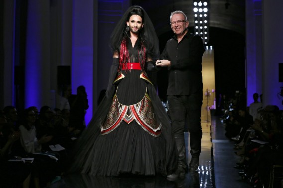 Le chanteur travesti autrichien Conchita Wurst, qui s'est fait connaître en gagnant l'Eurovision en mai, et le designer Jean Paul Gaultier. (Photo GONZALO FUENTES, AFP)