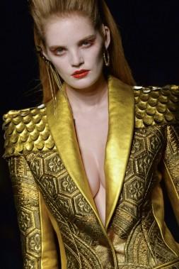 Jean Paul Gaultier a fait défiler mercredi à Paris des filles à l'allure de vampire pour sa collection couture de l'hiver prochain. (Photo MIGUEL MEDINA , AFP)