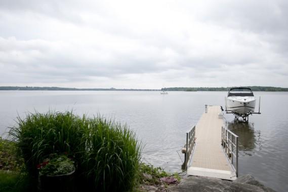 Voilà pourquoi on habite ici! La pointe Ouest-de-l'Île est située en face et toute cette eau constitue le terrain de jeu des proprios. Installé à quai durant la totalité de la belle saison, le bateau les amène sur la rivière des Outaouais à proximité ou sur le fleuve. (Photo Marco Campanozzi, La Presse)