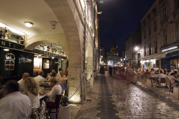 Les ruelles de la vieille ville sont fort animées le soir venu. (PHOTO FOURNIE PAR L'OFFICE DE TOURISME DE LA ROCHELLE)