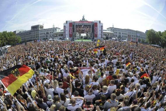 Plus de 250 000 personnes se sont rassemblées devant la Porte de Brandebourg pour acclamer leurs héros. (Photo Robert Michael, AFP)