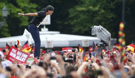 L'entraîneur de l'Allemagne Joachim Löw salue la foule. (Photo Thomas Peter, Reuters)