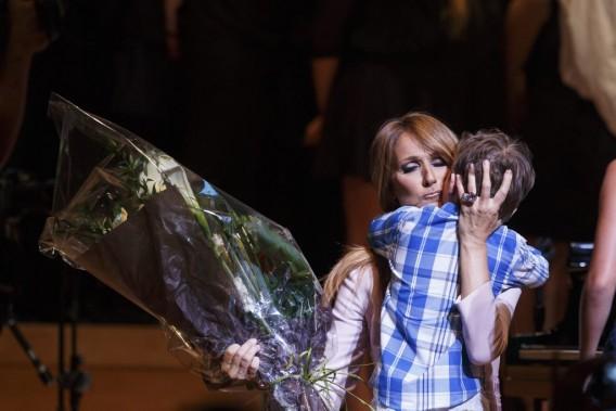 Céline Dion a accepté avec émotion un bouquet apporté par un petit garçon au cours du concert. (Photo: Ulysse Lemerise, collaboration spéciale La Presse)