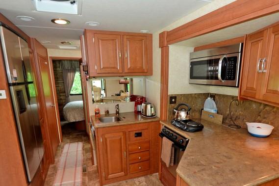 Dans le coin cuisine, on retrouve une cuisinière (four et ronds) fonctionnant au gaz propane (plus deux ronds électrique d'appoint), un lavabo et beaucoup de rangement. (Le Soleil, Erick Labbé)