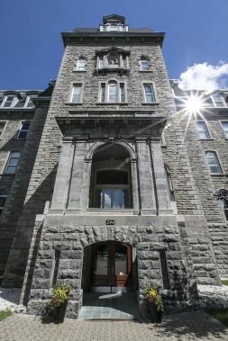 La partie centrale de l'ancien collège Mont-Saint-Louis, construit par les frères des Écoles chrétiennes en 1889 et transformé en ensemble résidentiel 100 ans plus tard. L'aile est, du côté de la rue Sanguinet, a été démolie lors des travaux de rénovation. (PHOTO OLIVIER PONTBRIAND, LA PRESSE)