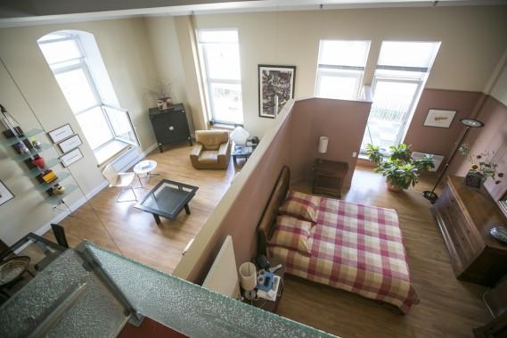 L'appartement est l'un des rares de cet immeuble à avoir des fenêtres sur deux côtés. Le parquet en chêne a été posé lors de travaux de rénovation. (PHOTO OLIVIER PONTBRIAND, LA PRESSE)