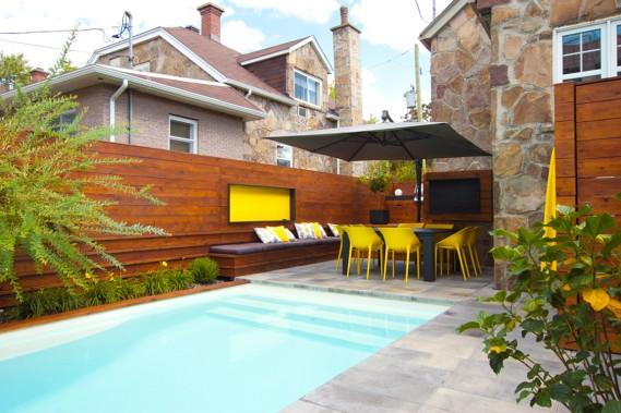 <span>Vue sur la cour de la maison à étage appartenant à l'architecte Sylvain r. Simard. Elle est située à une intersection, dans l'arrondissement d'Ahuntsic-Cartierville, à Montréal.<span>S<span>uite à la séance de photos</span>, la clôture qui sécurise l'accès à la piscine a été réinstallée adéquatement par le propriétaire.<strong> </strong></span><br /></span> (PHOTO HUGO DUFOUR, FOURNIE PAR SIMARD ARCHITECTURE)
