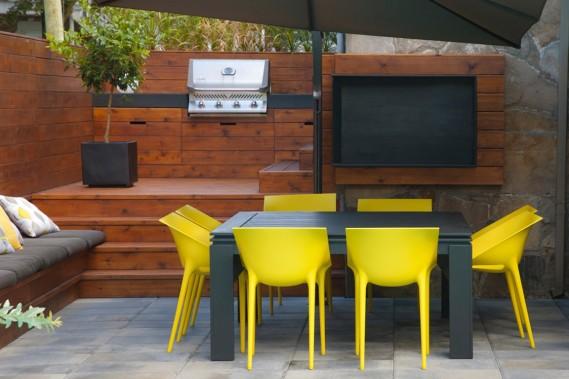 <span>Multifonctionnel, le «meuble» barbecue cache, derrière des panneaux ouvrants, le bac de recyclage, la poubelle et les dispositifs de commande de l'éclairage et de la chute qui agrémente la piscine. </span><span> </span> (PHOTO HUGO DUFOUR, FOURNIE PAR SIMARD ARCHITECTURE)