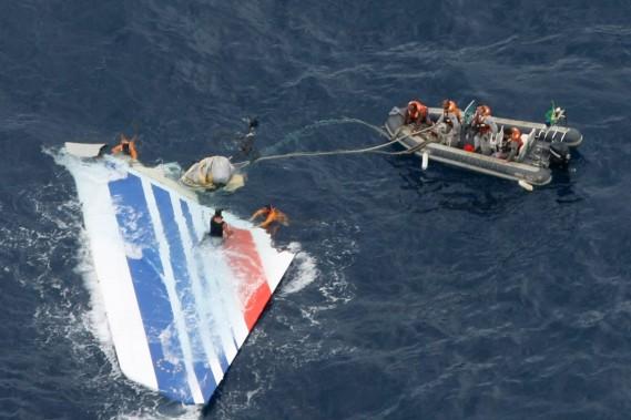 Océan Atlantique, 1er juin 2009: un Airbus A330 d'Air France, effectuant le vol AF447 entre Rio de Janeiro et Paris avec 228 personnes à bord, s'abîme dans l'océan Atlantique, ne laissant aucun survivant. Parmi les victimes, 72 Français, 59 Brésiliens et 26 Allemands. (PHOTO ARCHIVES AFP/FORCES DE L'AIR BRÉSILIENNES)
