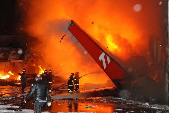 Brésil, 18 juillet 2007: un Airbus A-320 de la compagnie brésilienne TAM s'enflamme après avoir heurté un entrepôt à l'aéroport deSão Paulo: 199 morts. (PHOTO EVERTON DE FREITAS, ARCHIVES AFP)