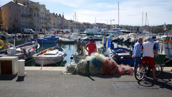 Des pêcheurs discutent dans le port de Saint-Tropez. (Photo Philippine de Tinguy, collaboration spéciale)