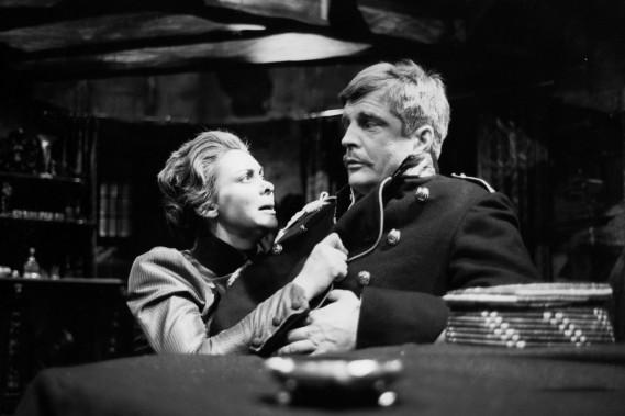 <span>Marjolaine</span> <span>Hébert</span> et Gilles Pelletier dans une scène de <em>Danse de mort</em> jouée en janvier 1962. (Photo: archives La Presse)