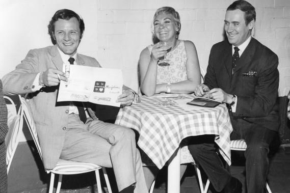 Marjolaine Hébert, entourée de Claude Léveillée (à gauche) et Louis-Georges Carrier, célèbrent la prochaine naissance de la comédie musicale <em>On n'aime qu'une fois</em> en juin 1967. (Photo: Yves Beauchamp, archives La Presse)