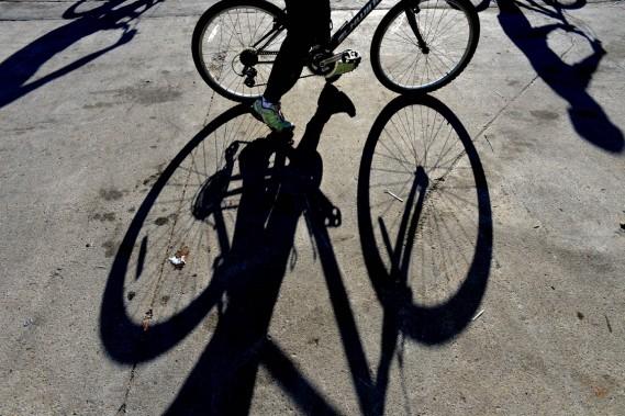 Les cyclistes sont de plus en plus nombreux à se glisser entre les voitures à Manhattan. (Photo Stan Honda, AFP)