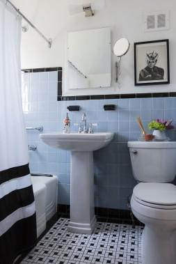 La salle de bain n'a presque pas été modifiée par les nouveaux propriétaires. Seul le plancher a été refait parce qu'un infiltration d'eau avait endommagé l'ancien. (Photo Edouard Plante-Fréchette, La Presse)