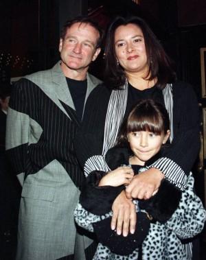 Avec son ex-femme Marsha et leur fille Zelda, lors de la première de sa comédie dramatique <em>Patch Adams</em>, à New York, en 1998. (Reuters)