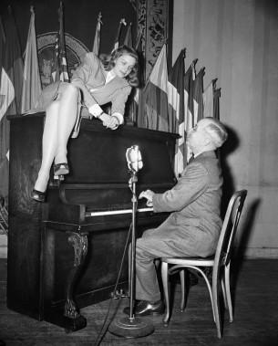 Avec le vice-président et futur président des États-Unis Harry S. Truman, en février 1945. ()