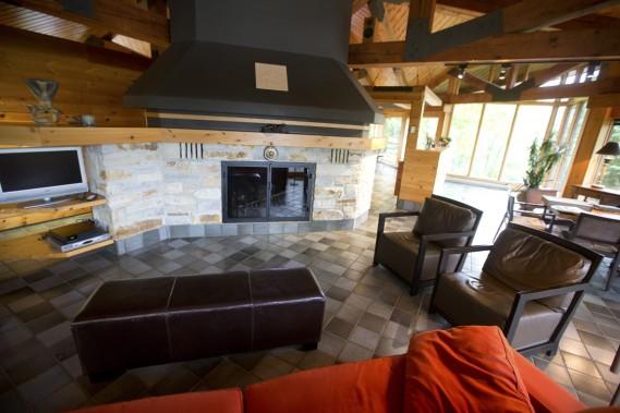 L'âtre en pierre et sa gigantesque cheminée noire occupent un espace important de la maison. Ancré en plein centre, le carré constitue un point focalisant de la propriété (Photo François Roy, La Presse)
