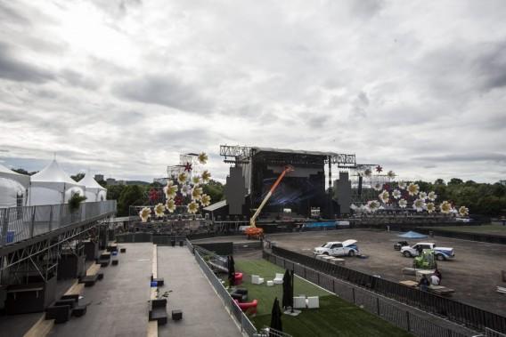 Du côté de la scène principale, qui accueille aujourd'hui Iggy Azalea et Tiësto, cinq écrans LED faisant 4000 pieds de large occupent l'espace. (Photo: Olivier Pontbriand, La Presse)