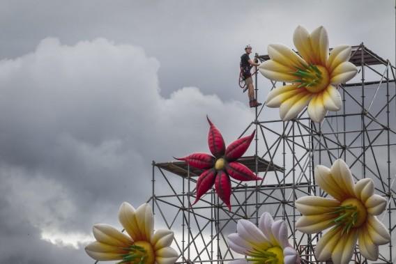 Ces structures gonflables ont été créées par la société Airworks d'Amsterdam, qui a conçu le même genre d'oeuvres lors des dernières tournées de Miley Cyrus et Katy Perry. (Photo: Olivier Pontbriand, La Presse)