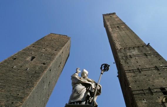 La tour Asinelli (à droite), haute de 97 mètres, compte 498 marches, et la vue d'en haut est impressionnante. (PHOTO FOURNIE PAR BOLOGNA WELCOME)