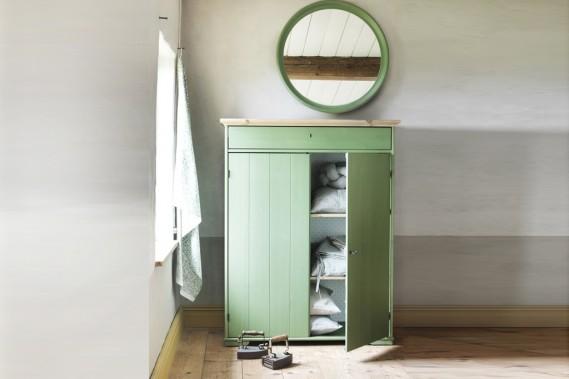 Cette armoire à linge Hurdal en pin massif teinté vert, créée par le designer québécois Francis Cayouette, compte parmi les nouveautés du catalogue IKEA 2015 (369$). (Photo fournie par IKEA)