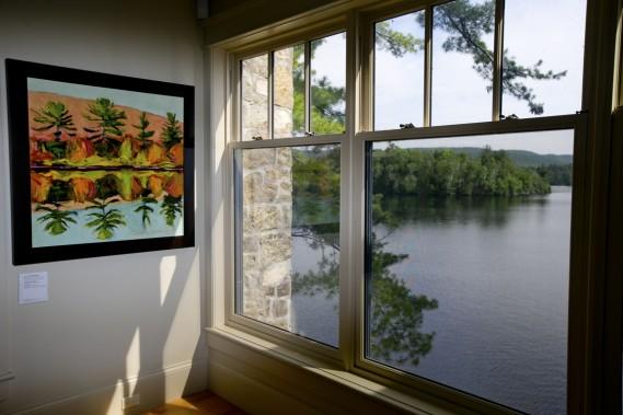 Les toiles de l'artiste Gordon Harrison ont été accrochées un peu partout dans la maison. (Photo David Boily, La Presse)