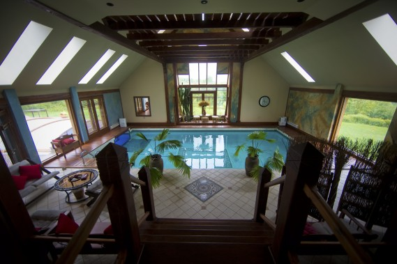 En plus d'une piscine intérieure, le gîte compte une piscine extérieure recouverte d'un toit rétractable. (Photo André Pichette, La Presse)