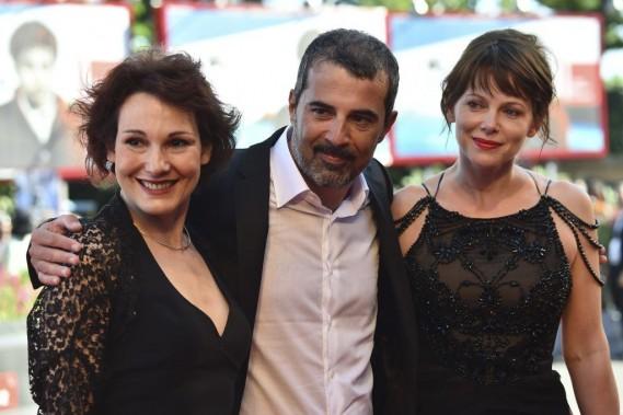 Jour 3 -L'équipe de Anime<em> nere</em>: le cinéaste italien Francesco Munziavec les actrices Barbora Bobulova (à droite) et Anna Ferruzzo. (PHOTO GABRIEL BOUYS, AFP)