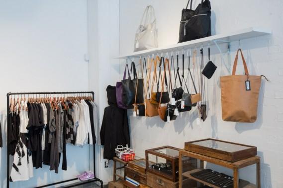 Qu'il s'agisse de la mode féminine ou masculine, le magasin vend des marques à l'esthétique minimaliste. (Photo Edouard Plante-Fréchette, La Presse)
