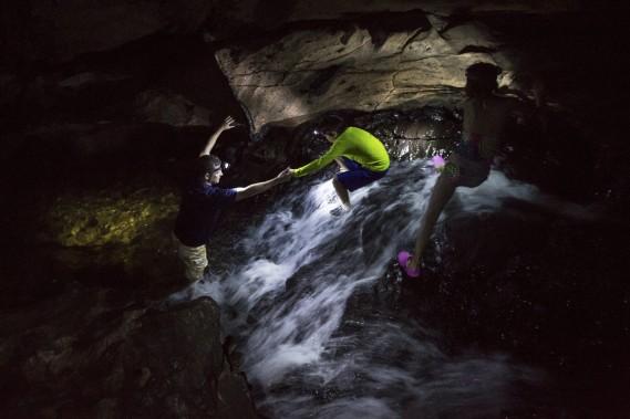 Une lampe frontale est fort utile, sinon essentielle, pour visiter la grotte: elle permet de s'éclairer tout en gardant les mains libres pour les sections les plus difficiles du circuit. (Photo Olivier Pontbriand, La Presse)