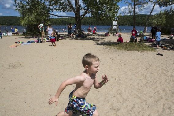 La jolie plage de sable du lac Philippe: un beau terrain de jeu - ou de relaxation - au début du sentier. (Photo Olivier Pontbriand, La Presse)