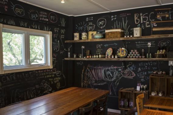 On peut laisser sa trace sur les murs du café Biscotti et cie. (Photo Olivier Pontbriand, La Presse)