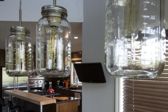 Les surprises jaillissent un peu partout dans cette maison. Comme ces luminaires en pots Mason de la salle à manger, assemblés par les propriétaires. (Photo Simon Giroux, La Presse)