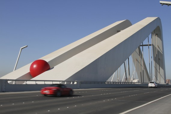 Le ballon rouge de Kurt Perschke à Abou Dhabi, dans les Émirats arabes unis, en décembre 2011. (Photo fournie par l'artiste)